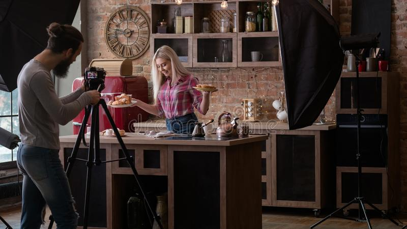 Panadería hecha en casa que cocina fotografía entre bastidores del blog fotografía de archivo