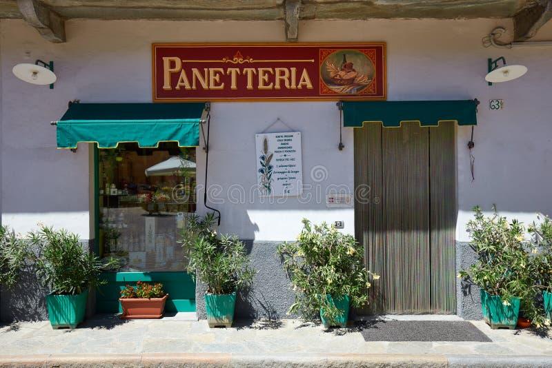 Panadería italiana antigua con las plantas en la ciudad de Barolo fotografía de archivo libre de regalías
