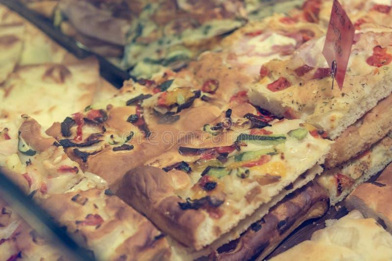 Panadería local que vende las pizzas y el pan deliciosos del focaccia fotografía de archivo libre de regalías