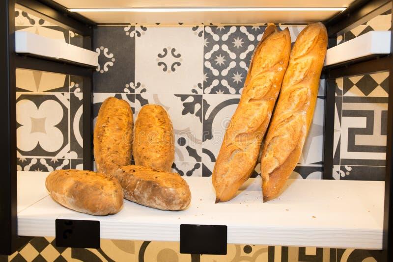 Panadería moderna con el surtido de diverso pan fotografía de archivo libre de regalías