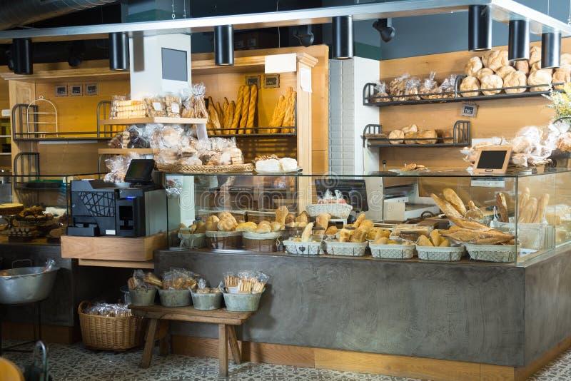 Panadería moderna con los diferentes tipos de pan y de bollos foto de archivo libre de regalías