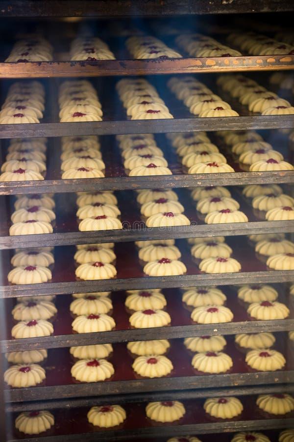 Panadería moderna en fábrica de la confitería Galletas en el horno imagenes de archivo