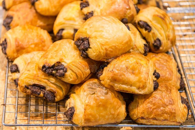 Panadería preferida del postre de los pasteles del cruasán del chocolate imagen de archivo