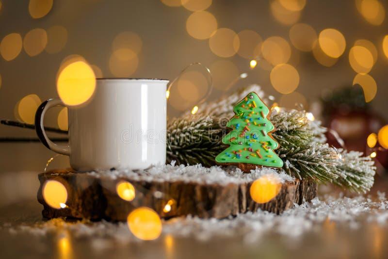 Panadería tradicional de la comida del día de fiesta Árbol de navidad del verde del pan de jengibre en la decoración acogedora co imágenes de archivo libres de regalías