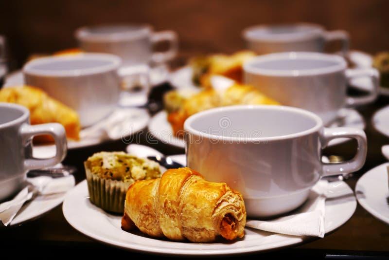 Panadería y bebida por tiempo del descanso para tomar café en el negocio del partido, de la conferencia o del seminario imagen de archivo libre de regalías