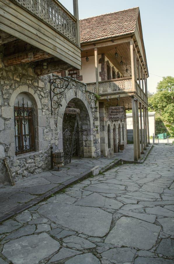 Panadería y un museo del artista en las calles de la ciudad vieja con las casas de piedra, los balcones de madera y las parrillas foto de archivo libre de regalías
