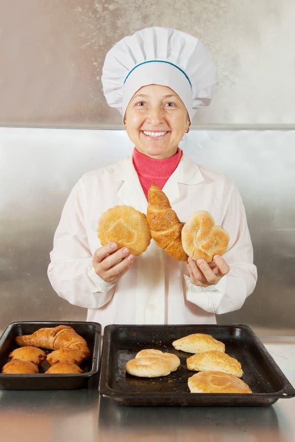 Panadero con en la panadería imagen de archivo libre de regalías