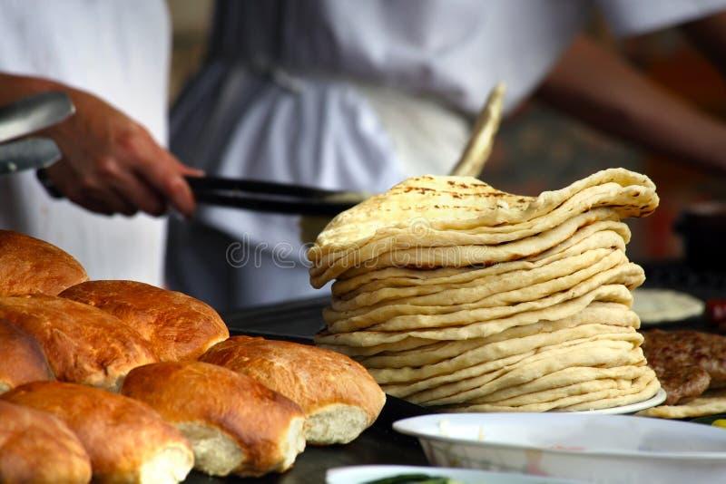 Panadero con pan imagen de archivo