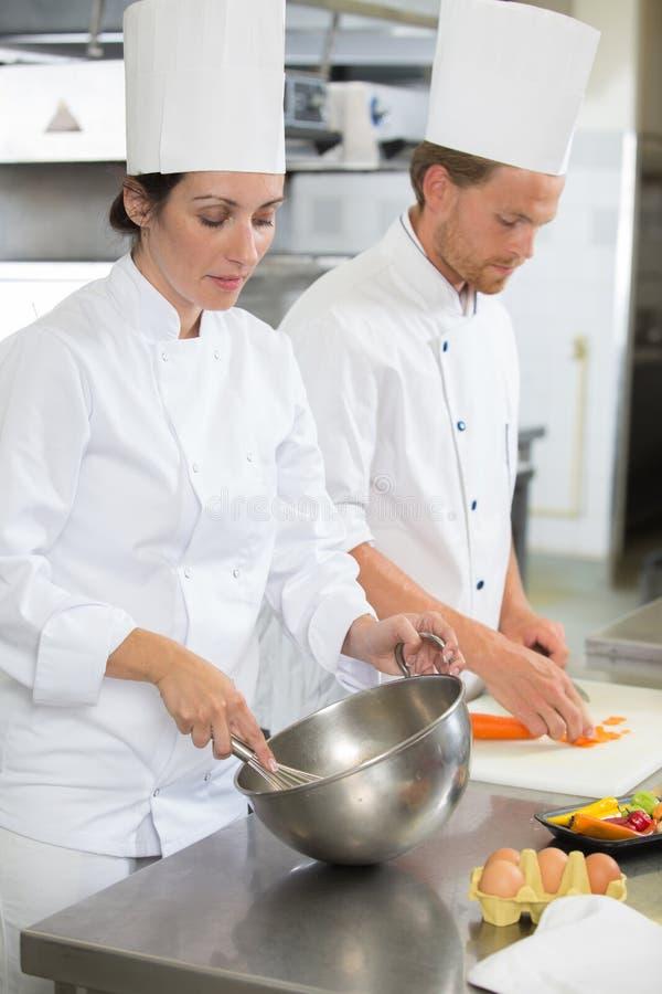 Panadero de sexo masculino profesional que cocina la pasta con los huevos fotos de archivo