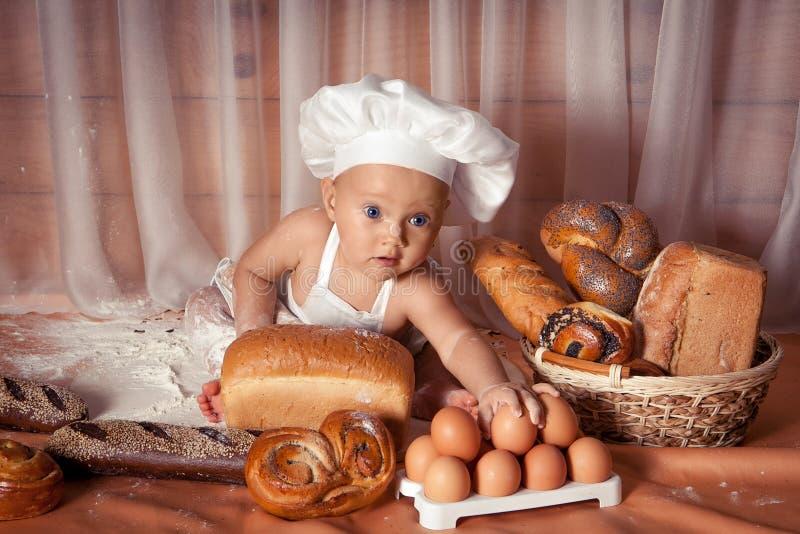 Panadero feliz del bebé imagen de archivo