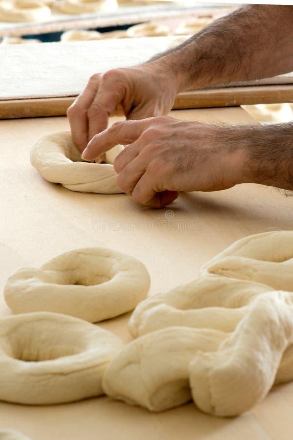 Panadero que hace el pan del frisella fotos de archivo libres de regalías