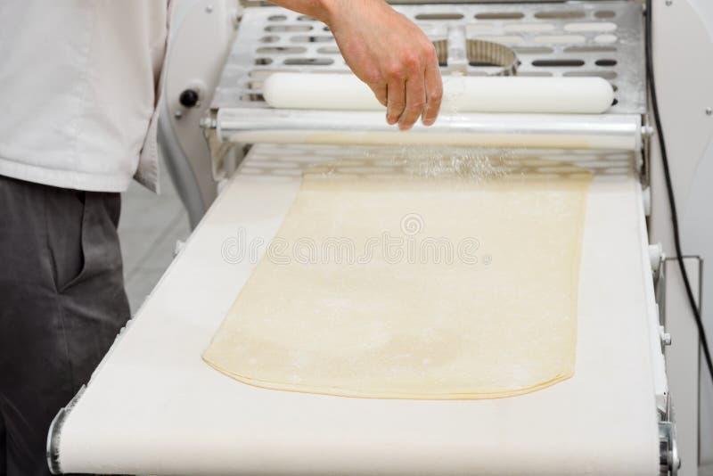 Panadero que hace la pasta acodada imagenes de archivo