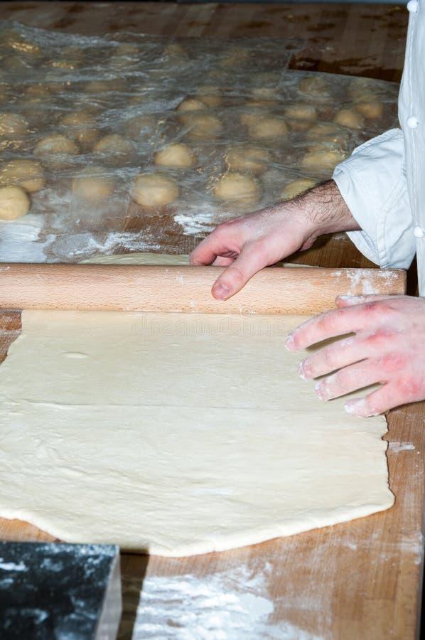 Panadero que prepara la pasta del bollo de leche fotos de archivo libres de regalías