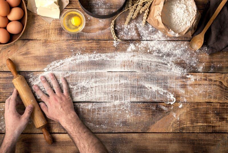 Panadero que se prepara para amasar la pasta, visión superior imágenes de archivo libres de regalías