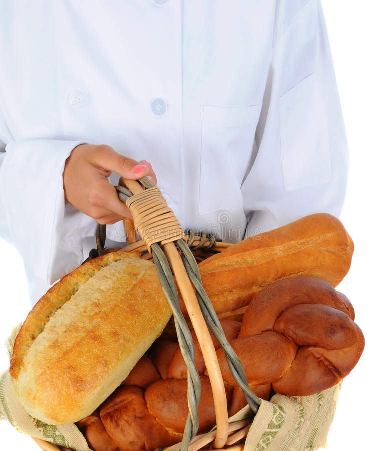 Panadero que sostiene una cesta de pan fotografía de archivo