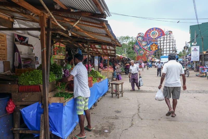 Panadura, Sri Lanka - 10 de maio de 2018: Rua do mercado na cidade de Panadura Ao longo da rua há muitos lojas e contadores com f foto de stock royalty free