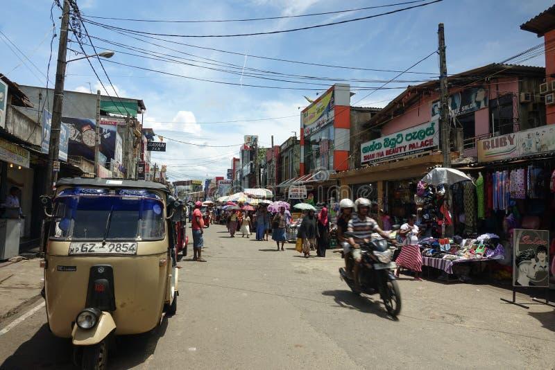 Panadura, Sri Lanka - 10 de maio de 2018: Vista da rua do mercado na cidade de Panadura imagem de stock