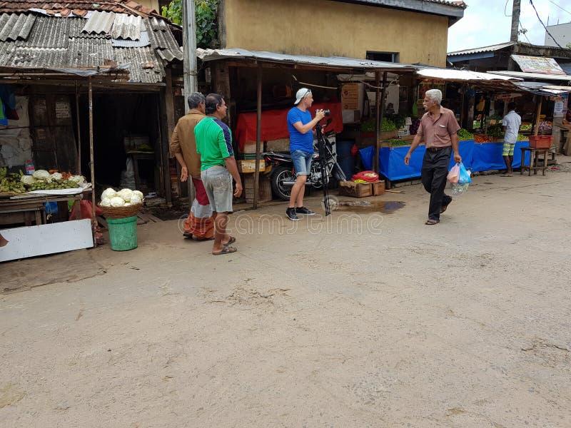 Panadura, Sri Lanka - 10 de mayo de 2018: El fotógrafo toma imágenes del mercado local de la fruta y verdura foto de archivo libre de regalías