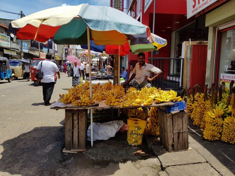 Panadura Sri Lanka, Maj, - 10, 2018: Mężczyzna sprzedaje banany w miejscowego rynku zdjęcia stock