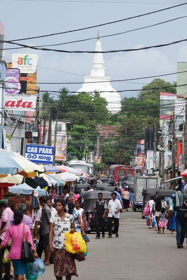 Panadura Sri Lanka - Maj 10, 2018: Sikt av marknadsgatan i den Panadura staden arkivfoto