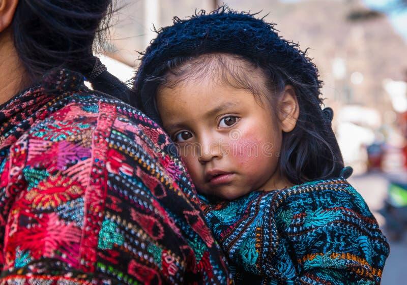 Panajachel, Guatemala - April, 25, 2018: Ansicht im Freien der nicht identifizierten indischen Frau mit Baby an der Rückseite nim lizenzfreie stockbilder