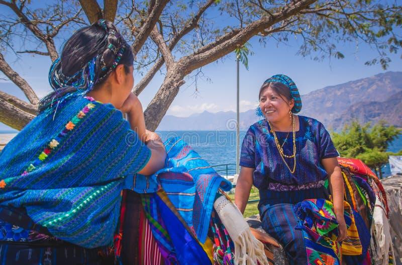 Panajachel, Guatemala - April, 25, 2018: Ansicht im Freien der unidentifed einheimischen Frau, tragende typische Kleidungsunterha stockfotos