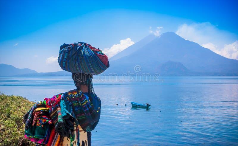Panajachel, Guatemala - April, 25, 2018: Ansicht im Freien der unidentifed einheimischen Frau, der tragenden typischen Kleidung u lizenzfreie stockfotografie