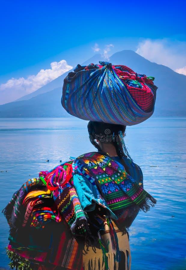Panajachel, Guatemala - April, 25, 2018: Ansicht im Freien der unidentifed einheimischen Frau, der tragenden typischen Kleidung u stockfoto