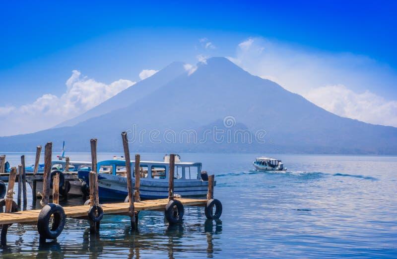 Panajachel, Guatemala - April, 25, 2018: Boote an den Piers im Ferndorf von San Pedro, See Atitlan in lizenzfreie stockfotografie