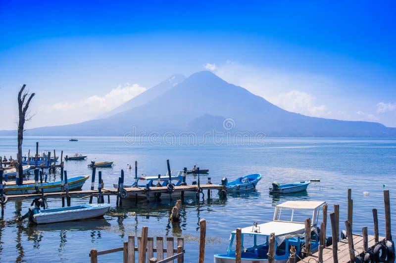 Panajachel, Guatemala - April, 25, 2018: Die Docks in Panajachel mit San- Pedrovulkan im Hintergrund Einige klein lizenzfreie stockfotografie
