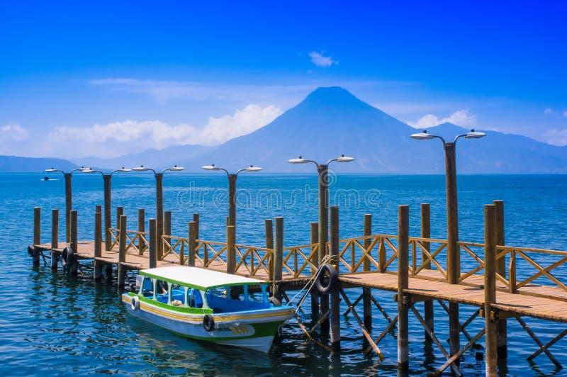 Panajachel, Guatemala - April, 25, 2018: Die Docks in Panajachel mit San- Pedrovulkan im Hintergrund Einige klein lizenzfreie stockbilder