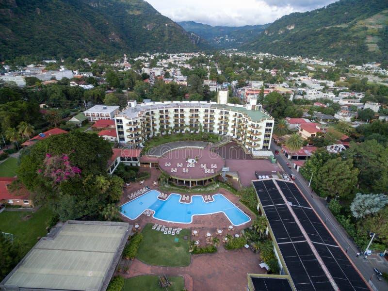 PANAJACHEL, GUATEMALA - NVEMBER 13, 2017: Porta Hotel Del Lago im Vordergrund Panajachel-Stadtbild Besichtigungs-Platz in Guatema lizenzfreie stockbilder