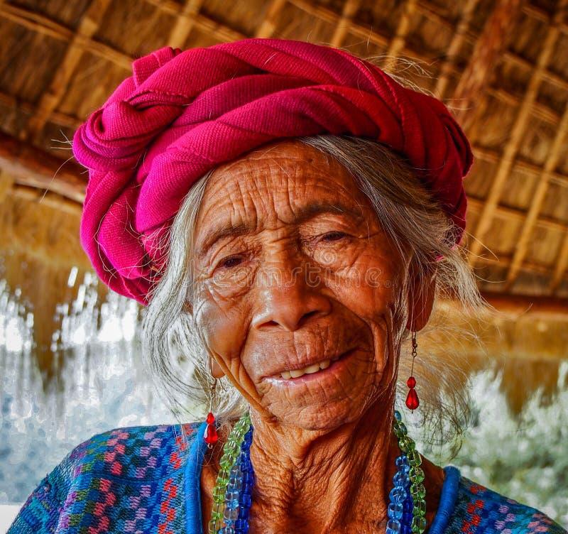 Panajachel - Guatemala, Portrair van aardige hogere vrouw van Guatemala royalty-vrije stock afbeelding