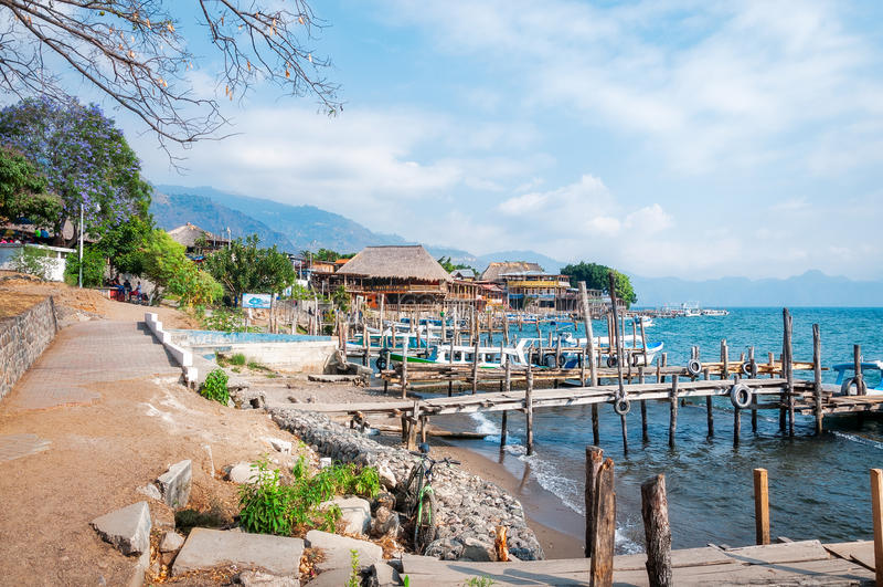 Panajachel koppelt auf dem Ufer von See Atitlan in Guatemala an lizenzfreie stockfotografie