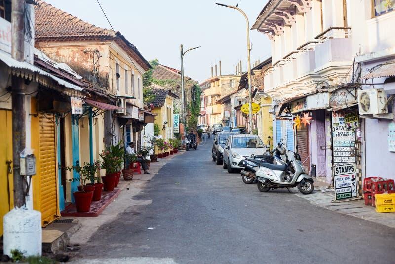 Panaji, Indie - 15 grudnia 2019 r.: Wąski pas w otoczeniu kolorowych domów portugalskich w Panjim, Goa zdjęcie stock