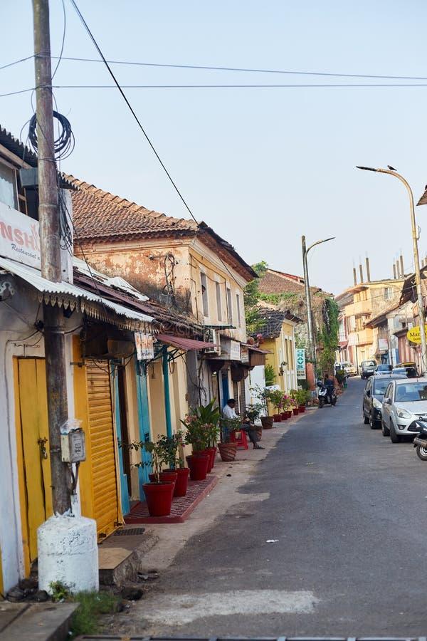 Panaji, Indie - 15 grudnia 2019 r.: Wąski pas w otoczeniu kolorowych domów portugalskich w Panjim, Goa obraz royalty free