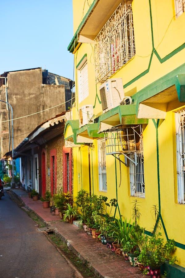 Panaji, Indie - 15 grudnia 2019 r.: Wąski pas w otoczeniu kolorowych domów portugalskich w Panjim, Goa zdjęcia royalty free