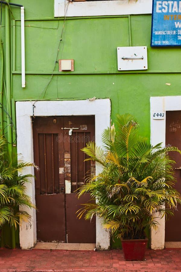 Panaji, Indie - 15 grudnia 2019 r.: Wąski pas w otoczeniu kolorowych domów portugalskich w Panjim, Goa fotografia stock