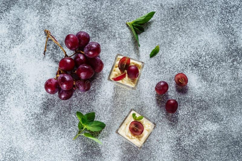 Panakota葡萄点心鲜美莓果的茶点 免版税库存图片