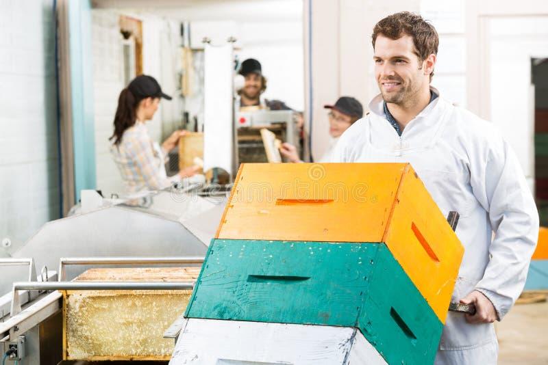Panal apilado Holding Trolley Of del apicultor foto de archivo libre de regalías