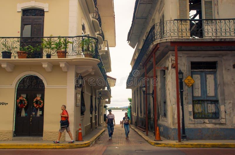 PANAMÁ CITY, PANAMA - 20 AVRIL 2018 : Personnes non identifiées marchant dans une petite allée dans Casco Viejo un colonial histo photo stock