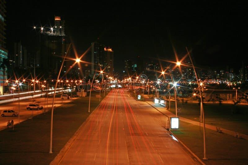 Panamá de la ciudad en la noche imagen de archivo libre de regalías