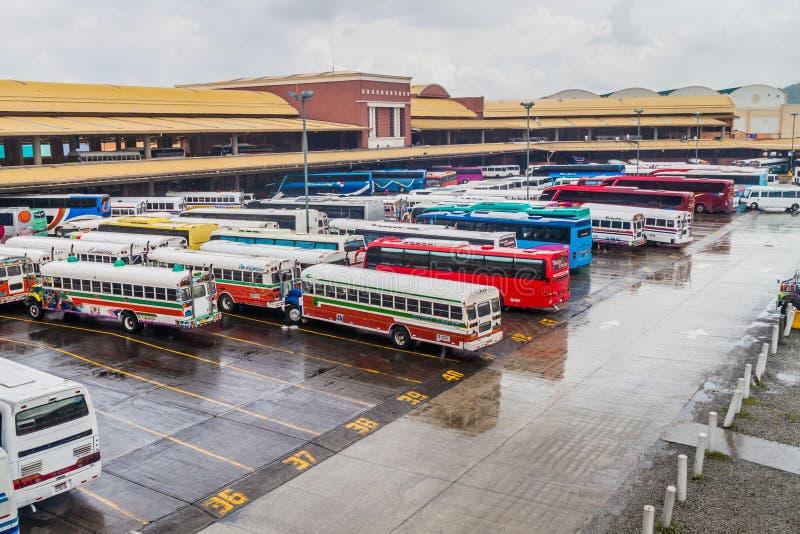 PANAMÁ, PANAMA - 28 MAGGIO 2016: I bus aspettano alla stazione degli autobus di Albrook nel Panama CIT fotografia stock
