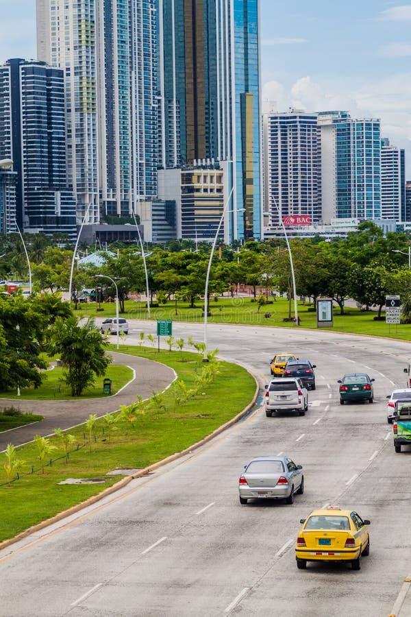 PANAMÁ, PANAMA - 30 MAGGIO 2016: Vista dei grattacieli moderni e di un viale della balboa di traffico nel Panama CIT fotografia stock