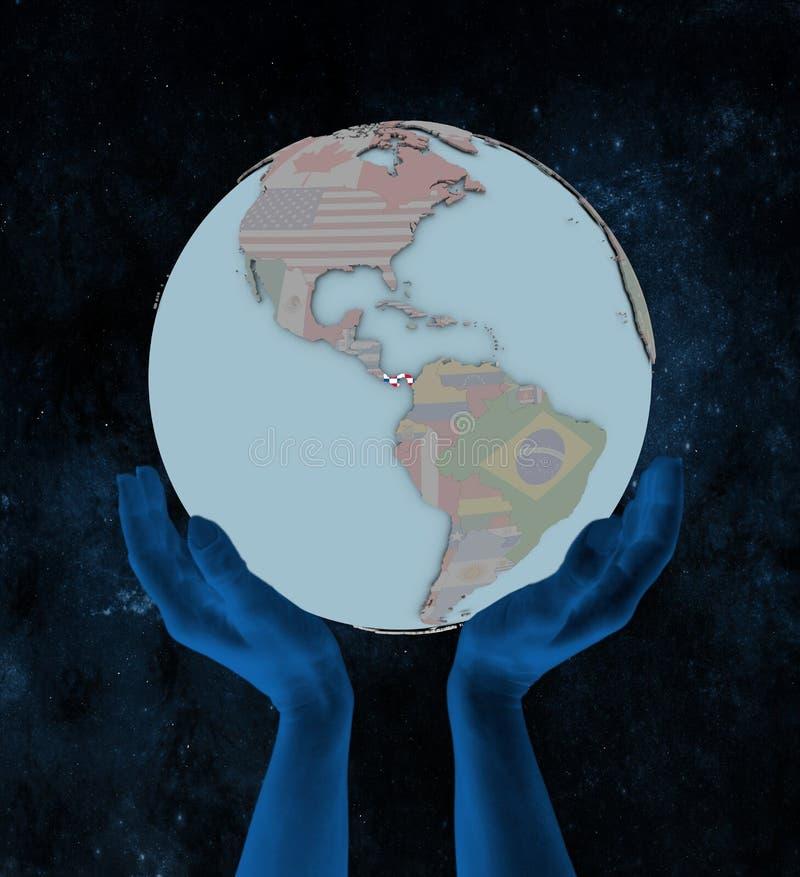 Panama auf politischer Kugel in den Händen stockfotografie