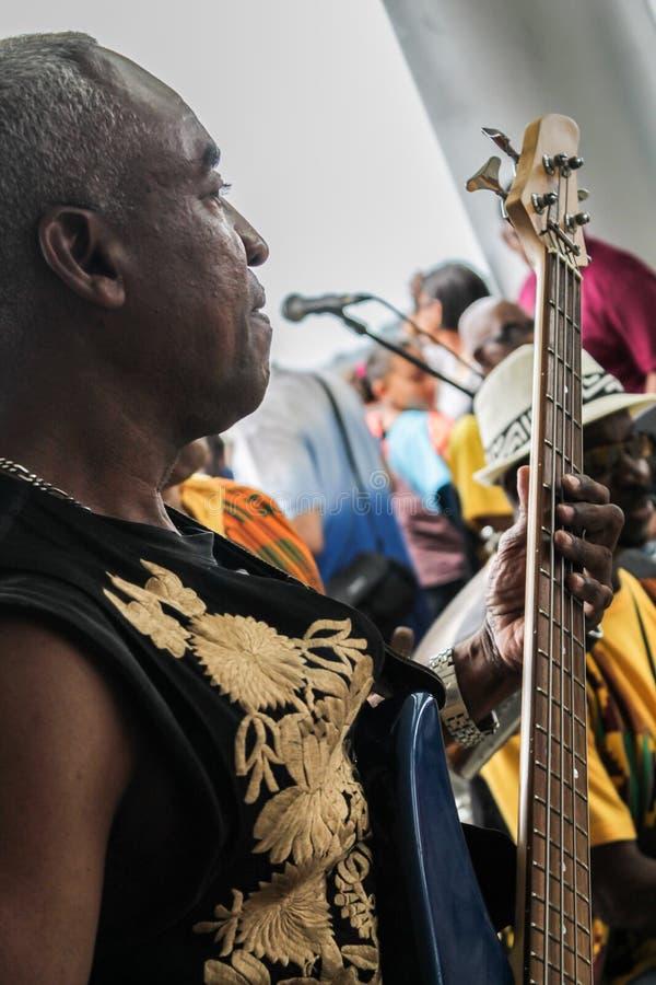 Panama City Panama, Augusti 15, 2015 Närbild av afrikansk amerikanmusikern som spelar gitarren med hans grupp arkivbild