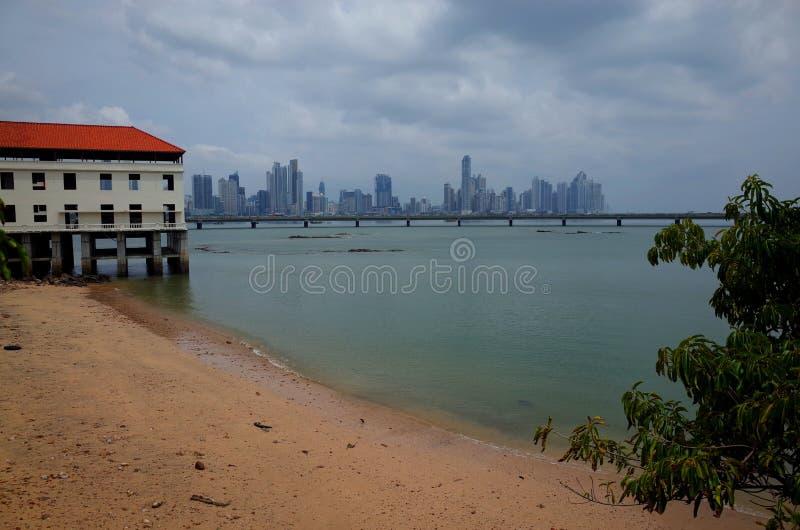 Panama City från stranden på Casco Viejo royaltyfri fotografi