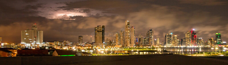 Panama City horisont som tänds upp på natten royaltyfri fotografi
