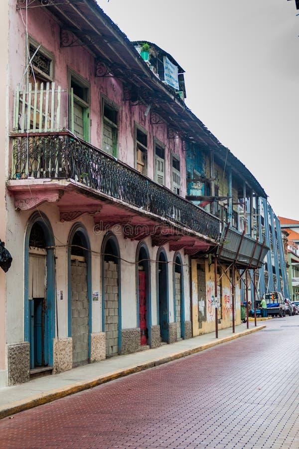 PANAMA CITY PANAMA - MAJ 27, 2016: Förfallna byggnader i Casco Viejo den gamla staden av Panama Ci arkivfoton