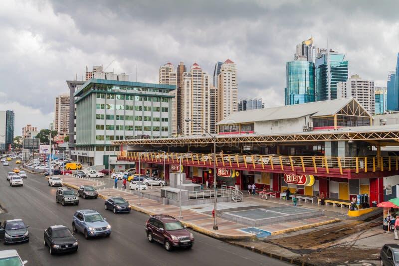 PANAMA CITY PANAMA - MAJ 30, 2016: Via den Espana gatan och den Rey supermarket i Panama Ci arkivbilder